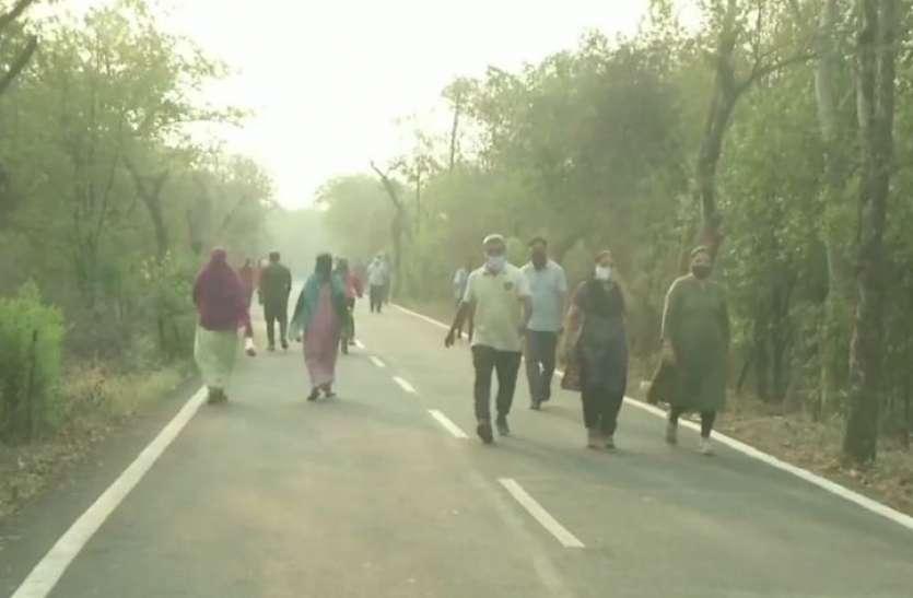 कोरोना के नए मामलों के चलते सरकार ने यहां लगाया लॉकडाउन, फिर भी सड़कों पर सैर करने निकले लोग