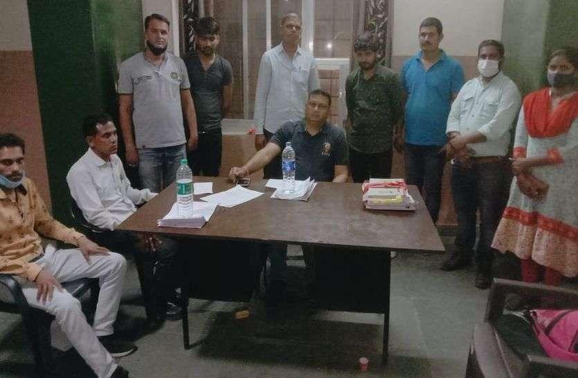 उप पंजीयक कार्यालय का लिपिक व संविदाकर्मी घूस लेते गिरफ्तार