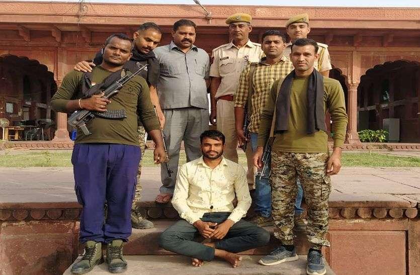 पुलिस ने दबोचा तीन हजार का इनामी लुटेरा, आरोपी से धारदार हथियार बरामद