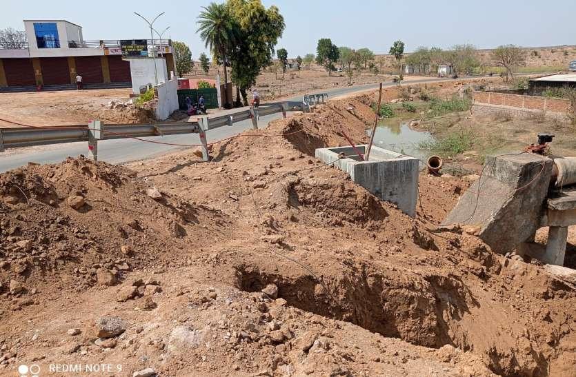 धसान नदीं से छतरपुर शहर में पानी सप्लाई की मेन पाइप लाइन तोड़ी