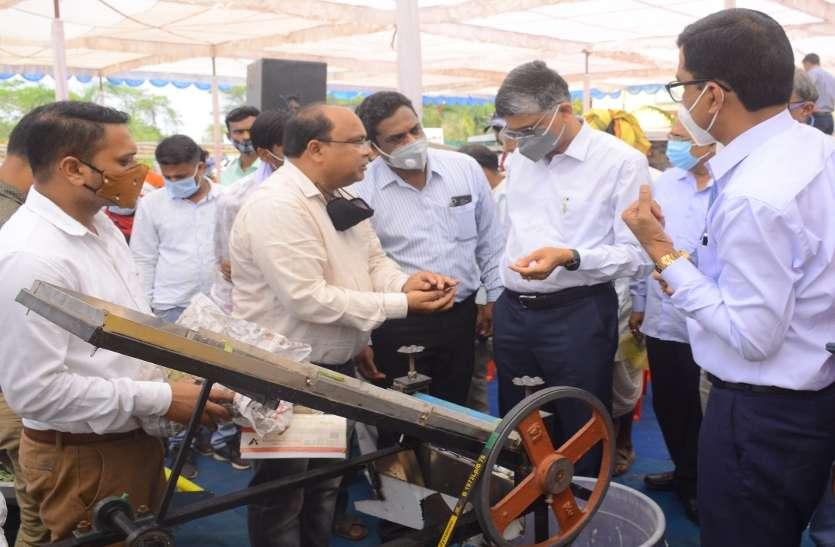 रायपुर : इंदिरागांधी कृषि विवि में लगी कृषि यंत्रों की प्रदर्शनी, किसानों ने देखे दिखे सीड ड्रिल एवं प्लान्टर, वीडर, पडलर और भी कई उपकरण