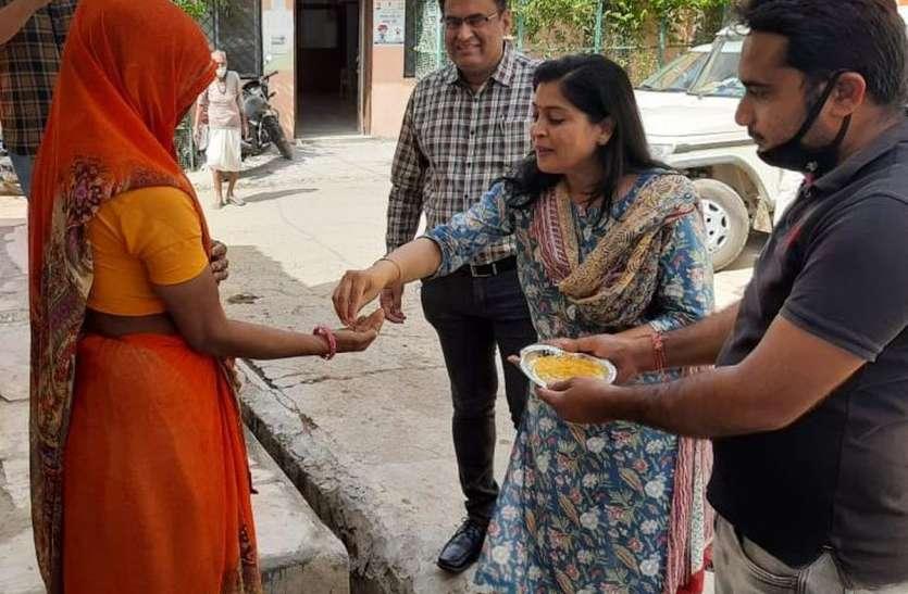 सीईओ ने पीले चावल दे लोगों से कहा— कचरा सही स्वच्छता अपनाएं