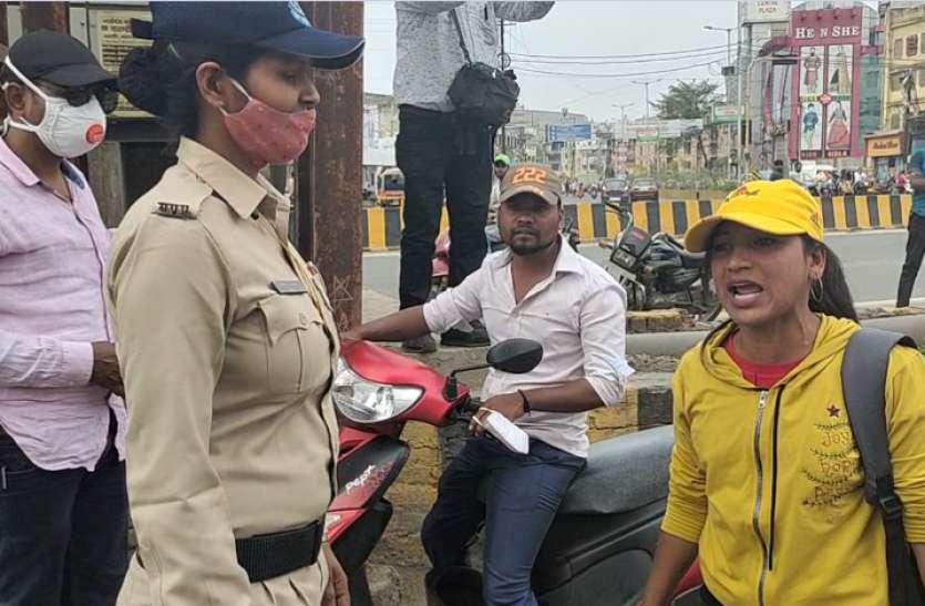 लडक़ी को मास्क न पहनने पर रोका, तो पुलिस पर बरस पड़ी, कैमरे में कैद हुई पूरी घटना- देखें वीडियो