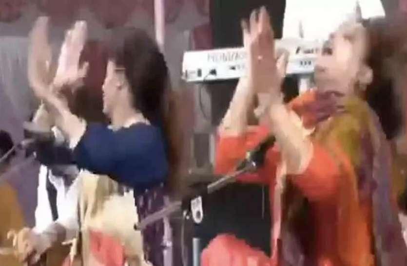 महिला कलाकार स्टेज पर गा रही थी गाना, अचानक खो बैठीं होश