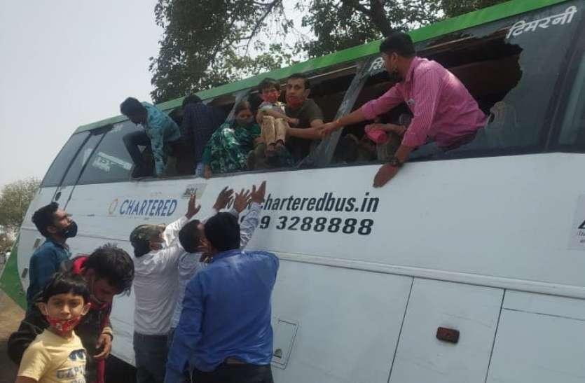 ट्रक ने चार्टर बस और ट्रैक्टर-ट्रॉली को टक्कर मारी, खिड़कियों के कांच तोड़कर यात्रियों को निकाला