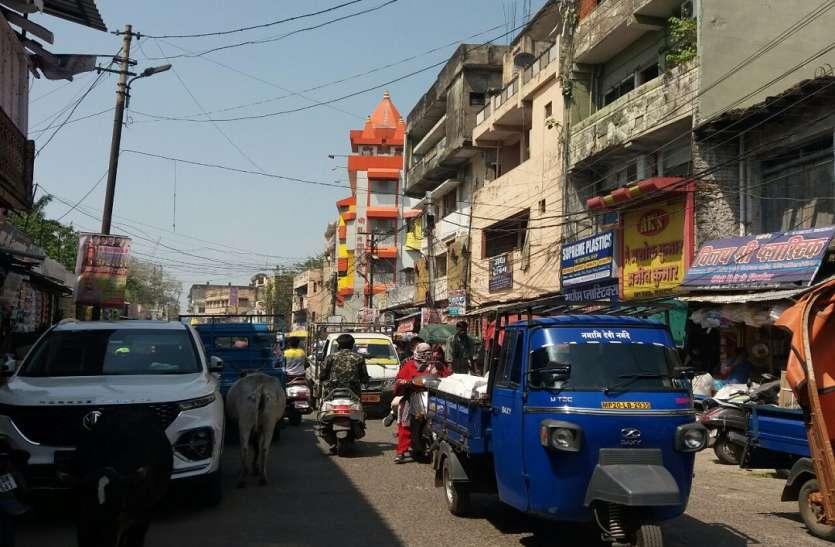 कोरोना का संक्रमण तेज, लॉकडाउन की सूचना के बाद बाजार में उमड़ी भीड़