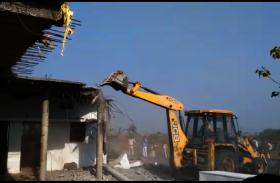 VIDEO: अवैध धंधों में लिप्त बदमाशों के घर तोड़े देखिये वीडियो