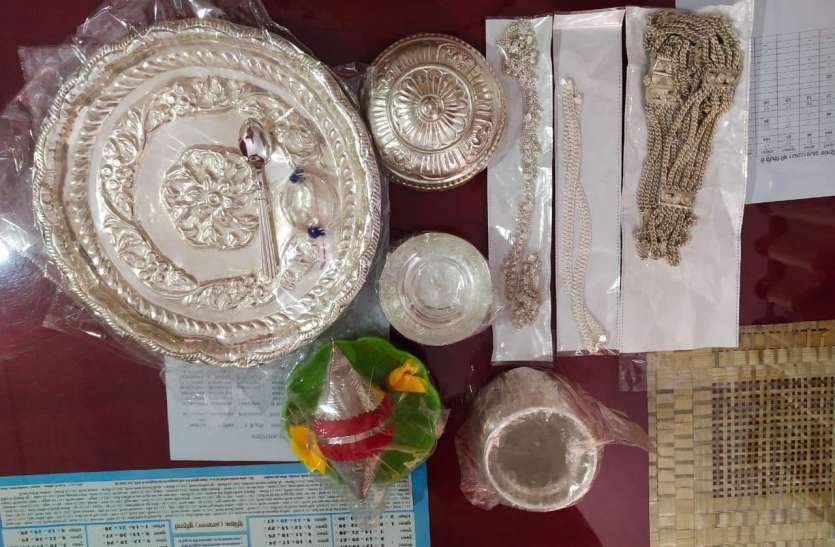 चार चोरों के पास मिले चांदी के गहने- बर्तन
