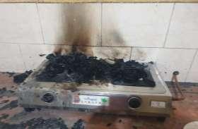 VIDEO रिश्वत लेने के मामले में एसीबी घर पहुंची तो तहसीलदार ने लाखों रुपए जलाए