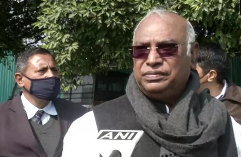 मल्लिकार्जुन खड़गे ने केंद्र पर साधा निशाना, कहा- बीजेपी वाले दिल्ली में खुद सरकार चलाना चाहते हैं