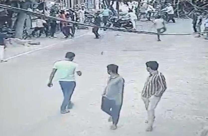 हिंदू संगठन के कार्यकर्ताओं ने युवक को सड़क पर गिरा-गिराकर पर पीटा, घटना सीसीटीवी में हुई कैद