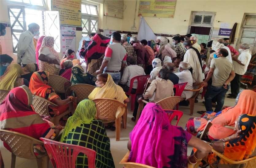 टीकाकरण: ग्रामीण अंचल के स्वास्थ्य केंद्रों पर कोविड टीका लगवाने उमड़ी भीड़