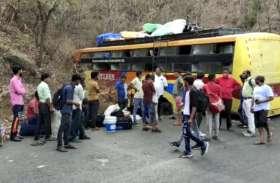 महाराष्ट्र से आने वाली बस चोरी छिपे रूट बदलकर आ रही थी मप्र, असंतुलित होकर पहाड़ से टकराई