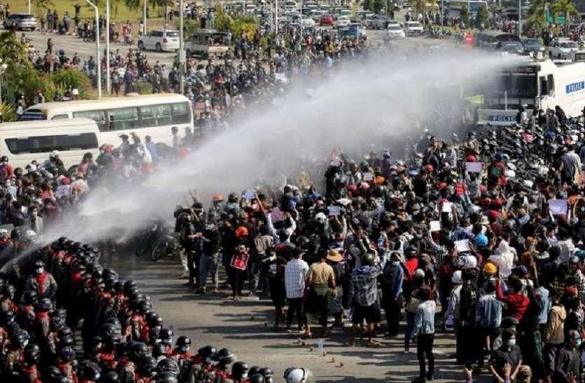म्यांमार: सेना ने केरन प्रांत में सशस्त्र समूह पर किए हवाई हमले, तीन हजार लोग भागे थाईलैंड