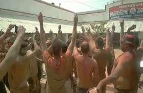 Holi festival : अम्बेडकर नगर पुलिस ने अर्धनग्न डांस कर मनाई होली