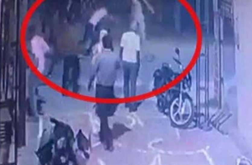 यूपी में फिर पुलिस हमला: मुरादाबाद में ड्यूटी से लौट रहे दरोगा को भीड़ ने लाठी-डंडों से पीटा