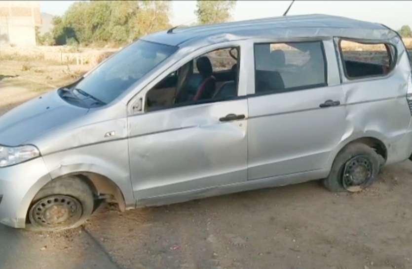 टायर फटने से पलटी कार, भाई-बहन की मौत, तीन घायल