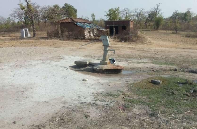 गर्मी की दस्तक में नीचे खिसका जलस्तर, बैगाडेबरा गांव में हैंडपम्प उगल रहे हवा