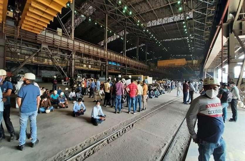 वेतन समझौता में देरी, नाराज BSP कर्मियों ने किया अचानक टूल डाउन, यूनिवर्सल रेल मिल में उत्पादन ठप