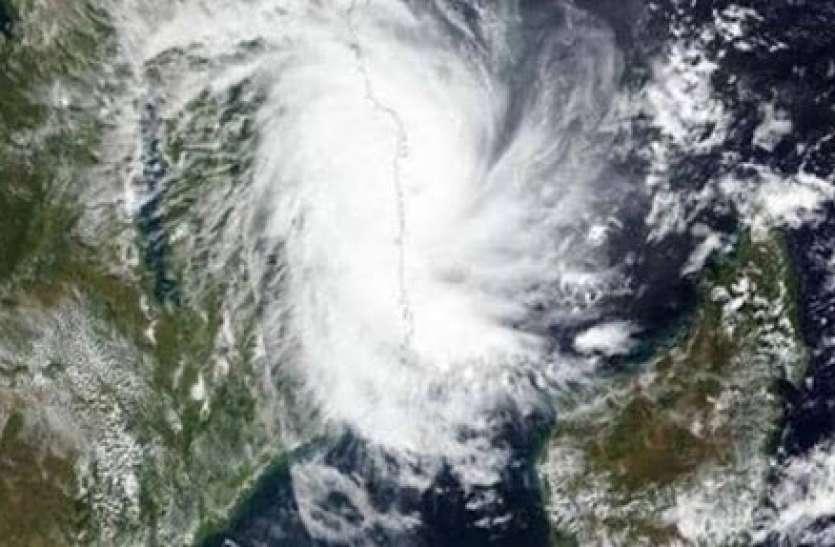 Weather Forecast: चक्रवाती तूफान का मंडराया खतरा, यहां भारी बारिश के बीच तेज हवाएं चलने के आसार