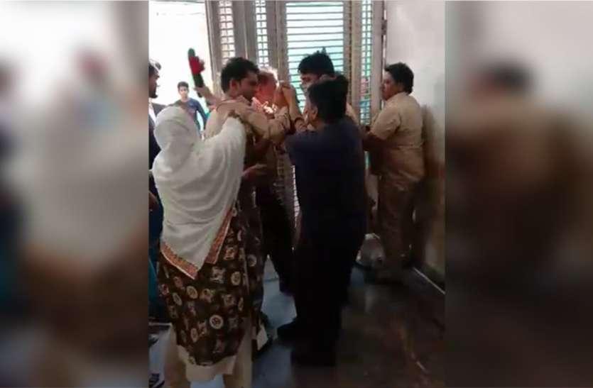 बसपा नेता ने ब्यूटी पार्लर संचालिका से की छेड़छाड़ तो महिला ने चप्पल से जमकर की पिटाई