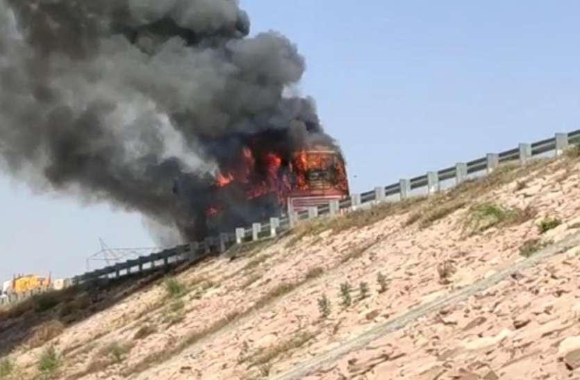 आगरा-लखनऊ एक्सप्रेस वे पर स्लीपर बस जलकर हुई खाक, बस यात्रियों ने कूदकर बचायी जान