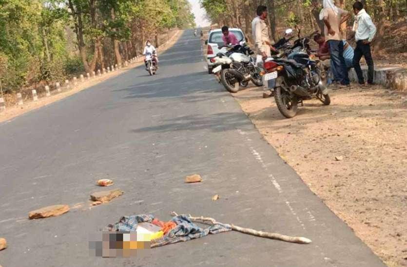 सड़क पर लावारिस पड़ा था कार्टून, वाहन ने कुचला तो बाहर निकला कपड़े में लिपटा बच्चे का शव