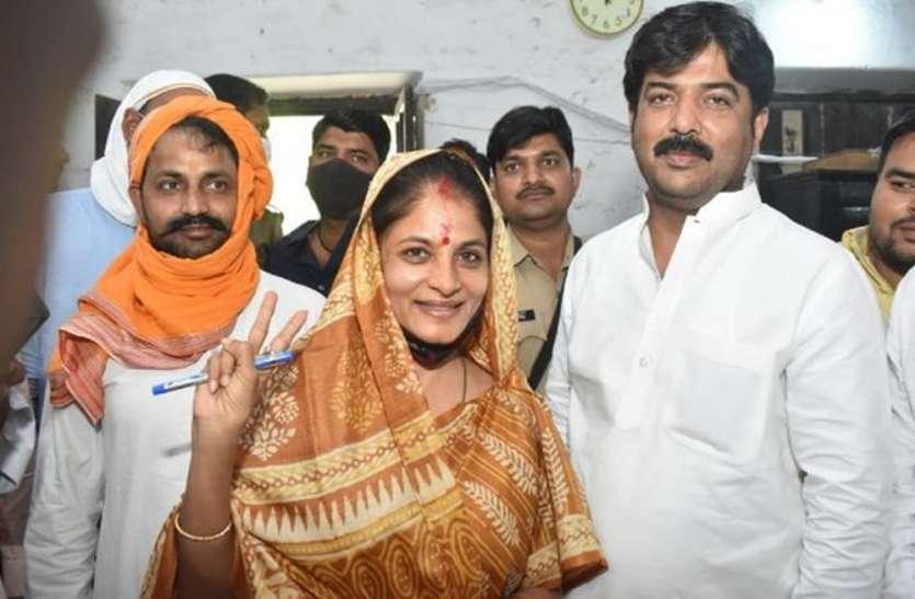UP Panchayat Chunav 2021 : बाहुबली धनंजय सिंह की पत्नी भी लड़ेंगी पंचायत चुनाव, दाखिल किया नामांकन