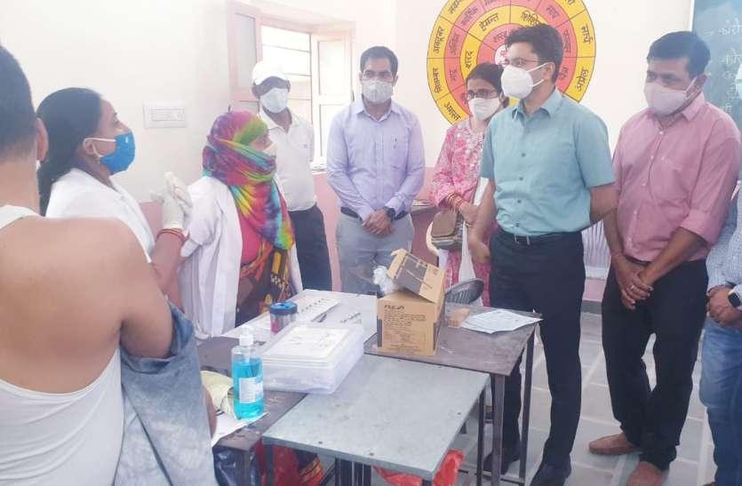 टीकाकरण शिविर का शनिवार को जिला कलेक्टर इंद्रजीत सिंह ने  निरीक्षण किया