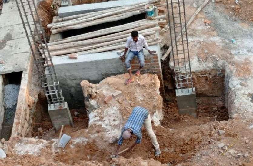 लॉकडाउन की आशंका में दिन-रात खट रहे मजदूर
