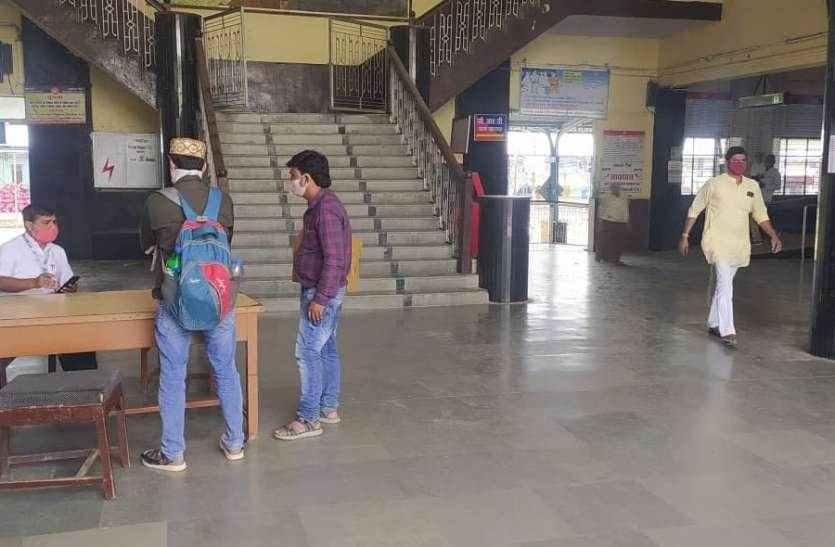 रेलवे स्टेशन पर नहीं हो रही कोरोना स्क्रीनिंग