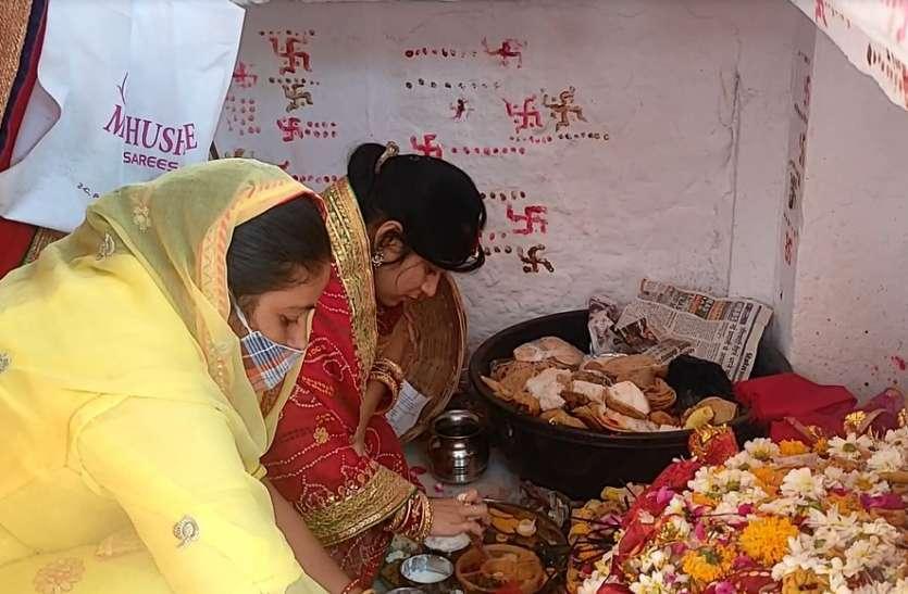 ठंडे पकवानों का भोग लगाकर मां शीतला से निरोगी होने के साथ-साथ मांगी सुख समृद्धि