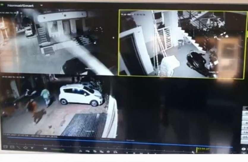 loot with murder : डूमस में अपने ही घर में मृत पाए गए रिटायर्ड इंजीनियर