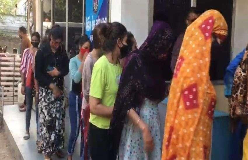 prostitution : स्पा की आड़ में चल रहे देह व्यापार के चार अड्डों पर छापा 14 लड़कियों व दो आरोपियों समेत दो दर्जन लोगों को पकड़ा