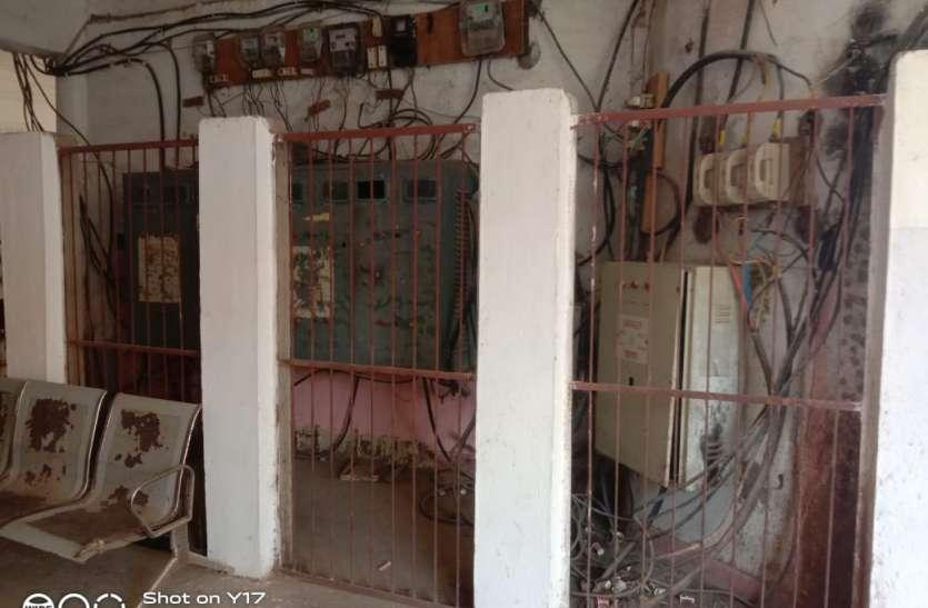 संयुक्त कार्यालय में फैला बिजली की केबलों का मकडजाल, हो रही स्र्पाकिंग