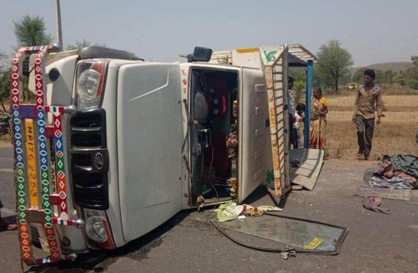 Quick Read: अनियंत्रित यात्रियों से भरी पिकअप पलटी, 25 घायल