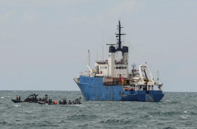इंडोनेशिया: मालवाहक जहाज और नाव के बीच टक्कर, 17 लोग लापता