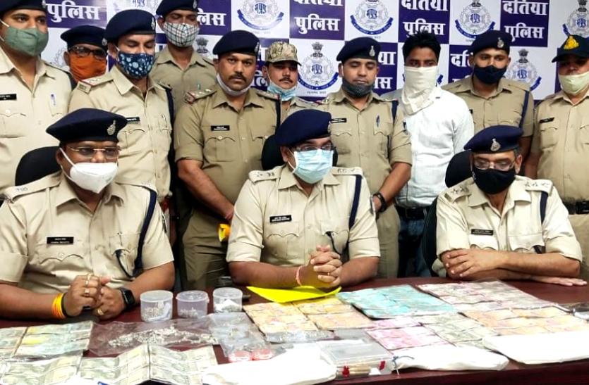 डकैती का खुलासा : सोना, चांदी, हजारों रुपये और हथियार के साथ पुलिस ने 5 डकैतों को दबोचा