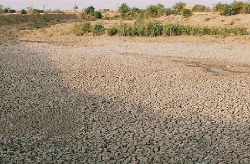 गर्मी की शुरुआत में ही सूख गया तालाब