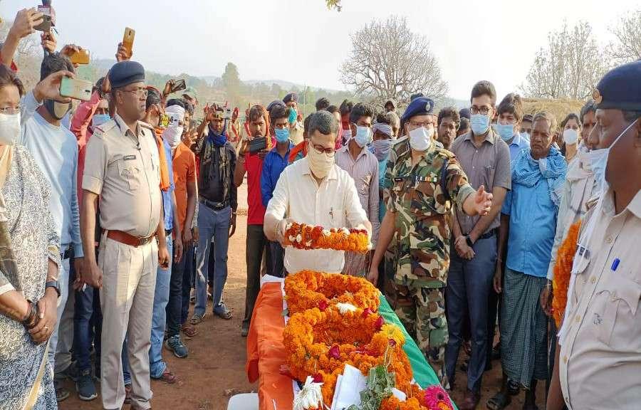 राजकीय सम्मान के साथ शहीद रमाशंकर पंचतत्व में विलीन, रो पड़ा पूरा गांव, फोटो देख आपकी भी आंखें हो जाएंगीं नम