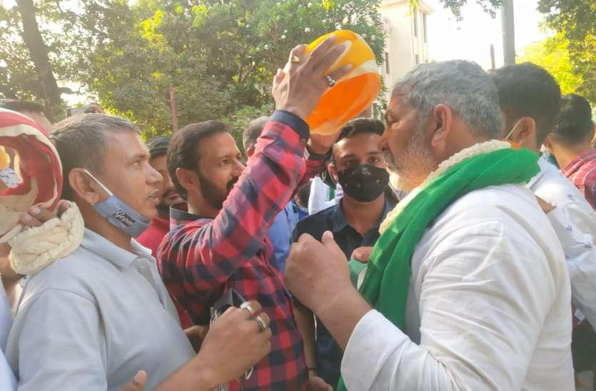 SURAT NEWS: किसान नेता टिकैत को देना पड़ गया धरना