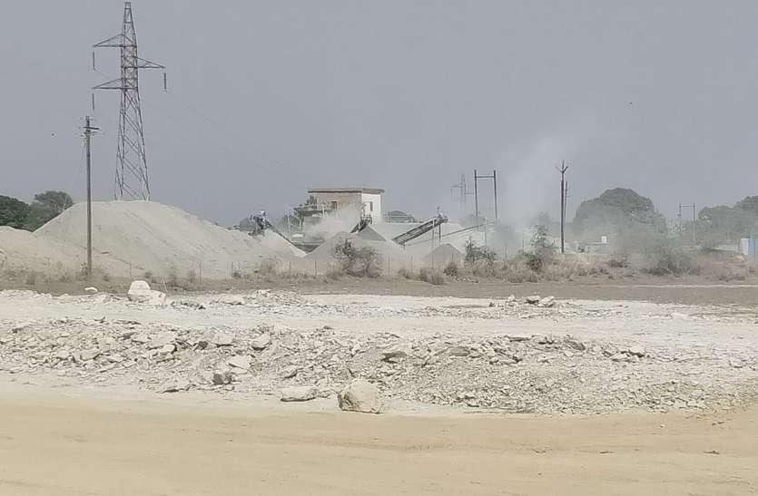 क्रशर प्लांटों के धूल से बीमार हो रहा गांव, बढ़ रहे दमा व टीबी के मरीज