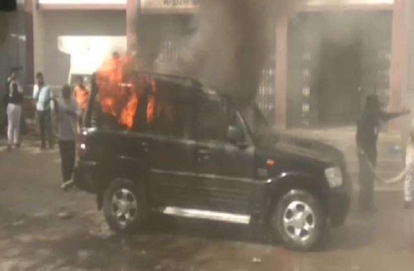 खड़ी स्कॉर्पियो कार में अचानक लगी आग, धू-धू कर जल उठी, मचा हड़कंप