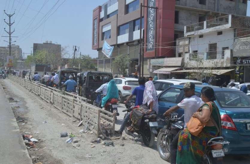 सड़क निर्माण ने बढ़ाई मुश्किलें, दिन भर जाम से जूझते हैं वाहन