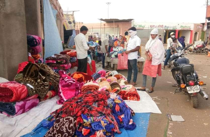 ग्वालियर व्यापार मेले में अभी भी सजी हैं फुटपाथ पर दुकानें