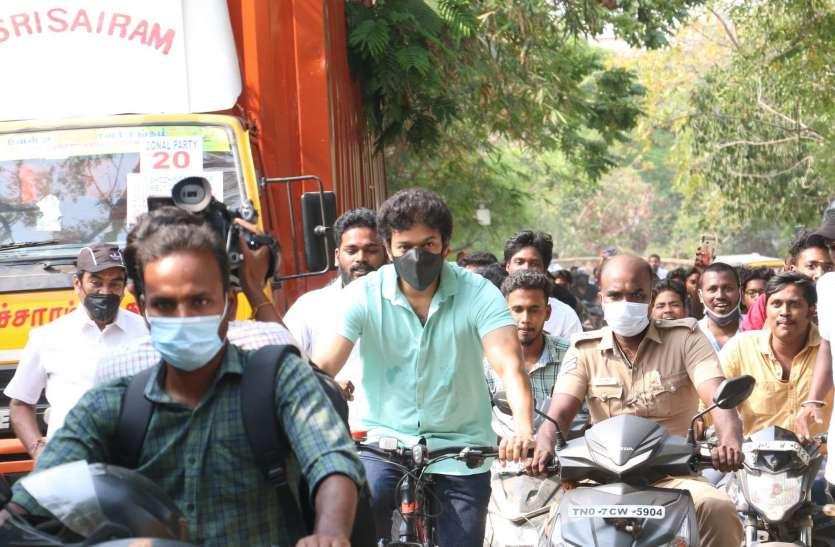 Tamil Nadu Assembly Elections 2021 अभिनेता विजय साइकल से पहुंचे मतदान केंद्र