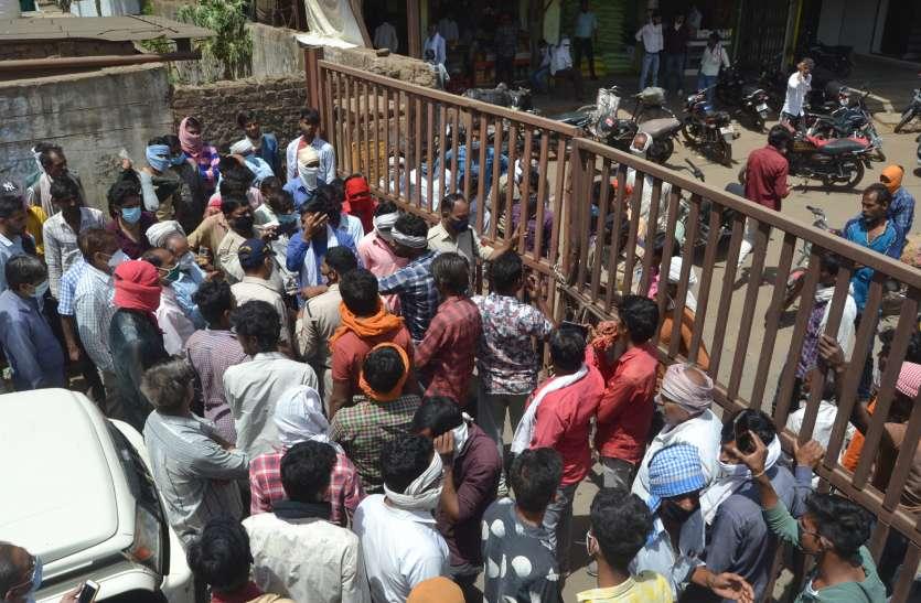 Controversy: व्यापारियों ने खरीद रोकी तो किसानों ने किया चक्काजाम, लगी वाहनों की कतार