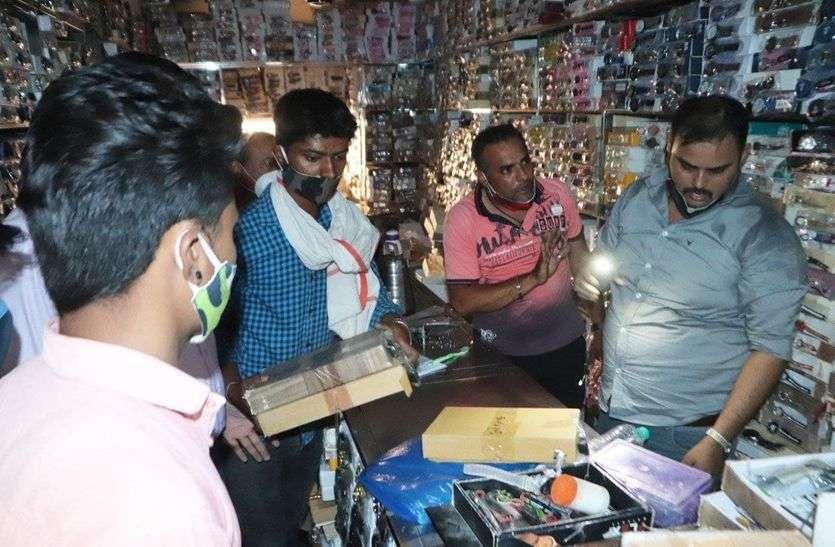 ग्राहकों से ठगी! अजमेर में चार होलसेल विक्रेताओं के यहां ब्रांडेड के नाम 50 लाख की नकली घडिय़ां जब्त