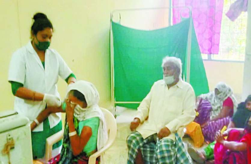 सामुदायिक स्वास्थ्य केन्द्र में टीकाकरण में बरती जा रही लापरवाही, प्रशासन मौन