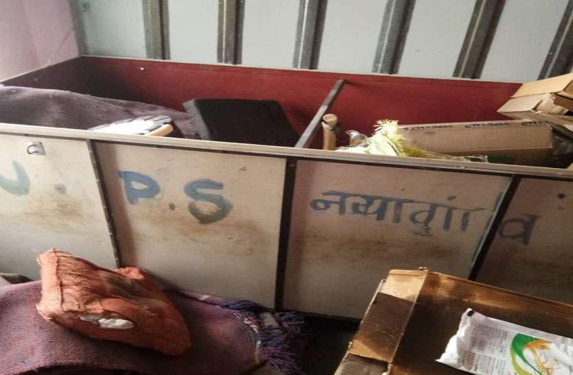 चोरों ने बच्चों के निवाले पर डाला डाका, कोम्बो पैकेट सहित माइक मशीन भी चुराई